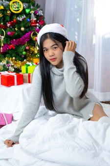 Vrouw met kerstmuts blij met kerstcadeau