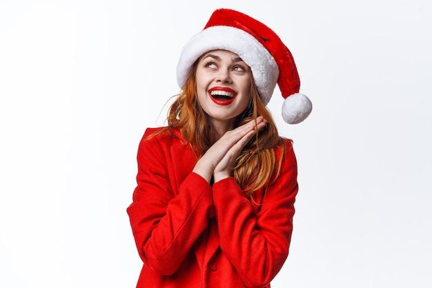 Vrouw met kerstmuts emoties leuk poseren studio mode