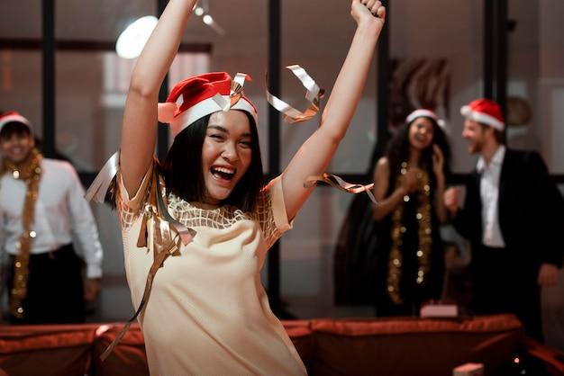 Vrouw met kerstmuts feesten