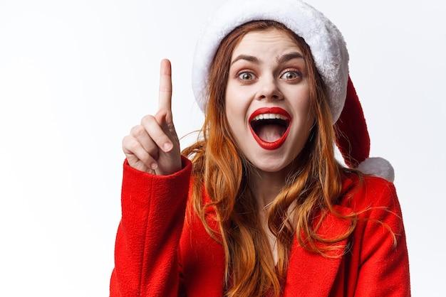 Vrouw met kerstmuts vakantie kerst mode poseren
