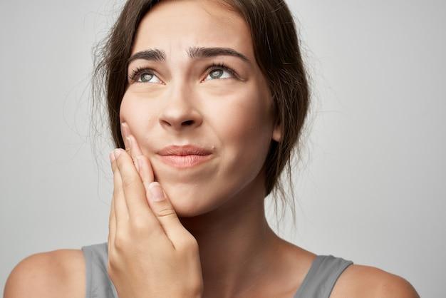 Vrouw met kiespijn gezondheidsproblemen tandheelkundig ongemak