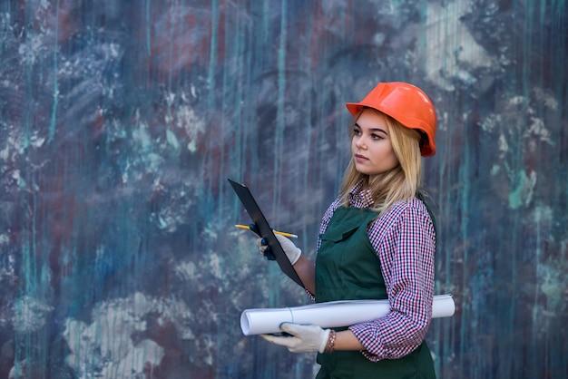 Vrouw met klembord in uniform neemt reparatie in haar huis. concept van renovatie