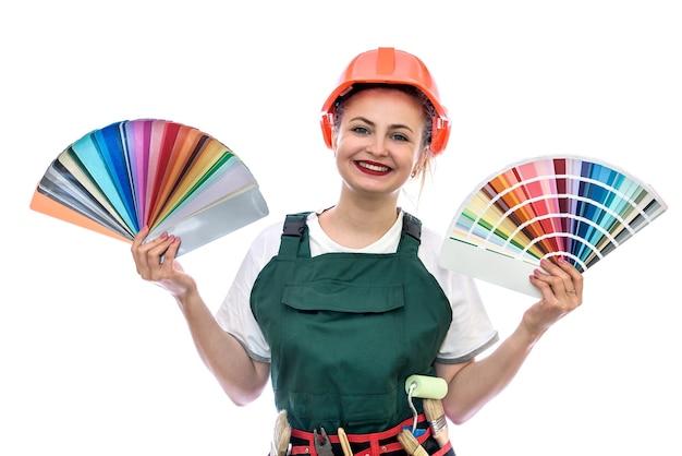 Vrouw met kleurenpalet en kwast op wit wordt geïsoleerd