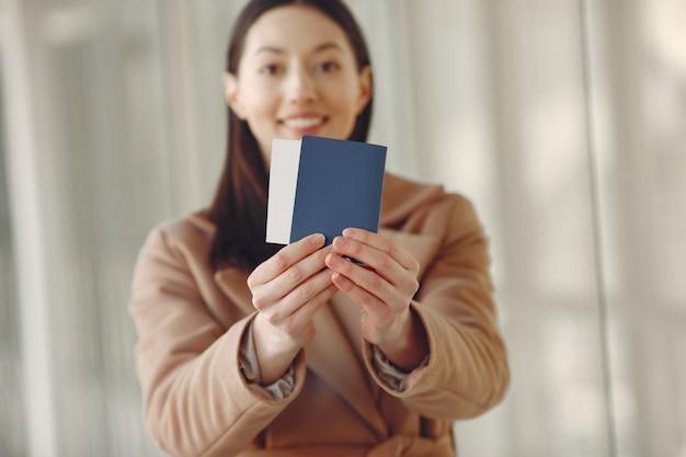 Vrouw met koffer op de luchthaven