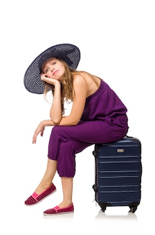 Vrouw met koffer op wit wordt geïsoleerd dat