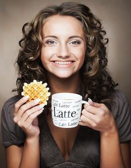 Vrouw met koffie en koekjes