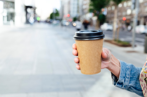 Vrouw met koffie in de hand.