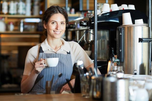 Vrouw met kopje koffie
