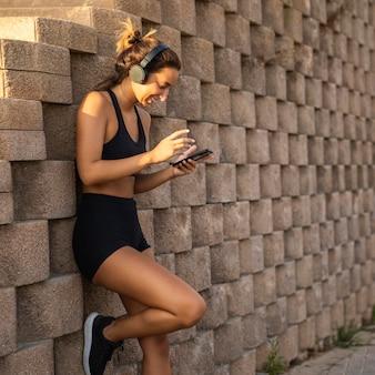 Vrouw met koptelefoon buitenshuis
