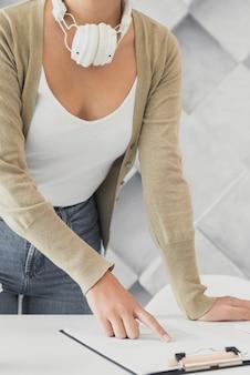 Vrouw met koptelefoon in een kantoor