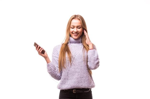 Vrouw met koptelefoon luisteren muziek. muziek tiener meisje dansen tegen geïsoleerde witte muur. tiener levensstijl concept.