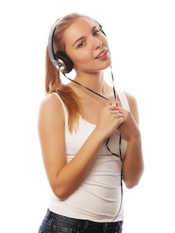 Vrouw met koptelefoon luisteren muziek. muziek tiener meisje geïsoleerd op wit.