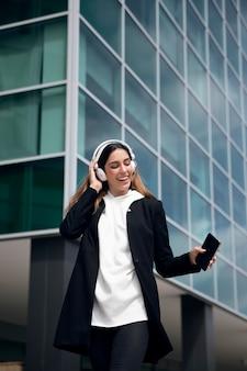 Vrouw met koptelefoon medium shot