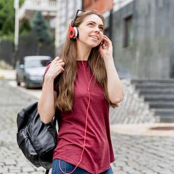 Vrouw met koptelefoon portret
