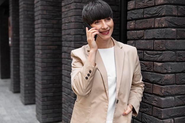 Vrouw met kort haar aan de telefoon