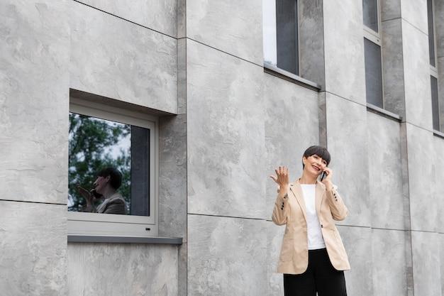 Vrouw met kort haar buiten ontspannen relaxing