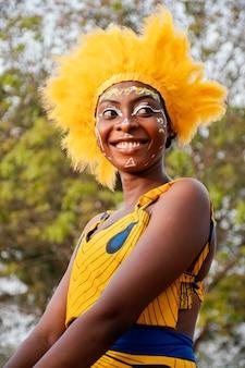 Vrouw met kostuum voor carnaval