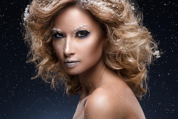 Vrouw met krullend haar en winterthema