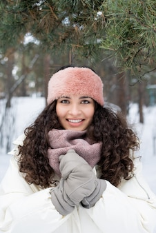 Vrouw met krullend haar winterportret