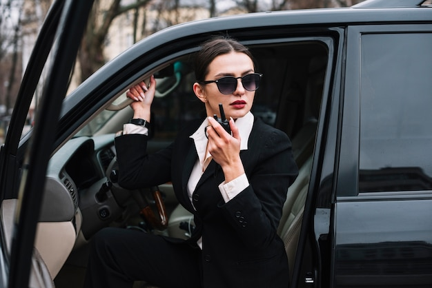 Vrouw met lage hoekbeveiliging in auto