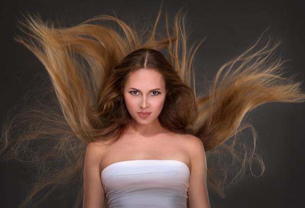 Vrouw met lang haar op grijze achtergrond