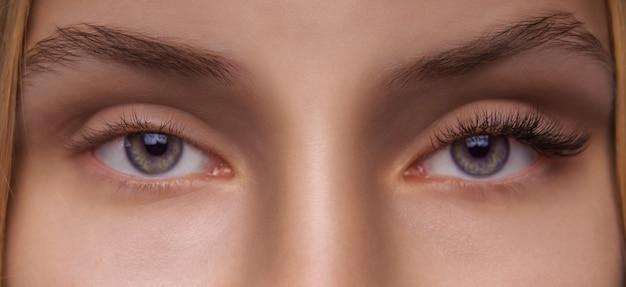 Vrouw met lange wimpers close-up