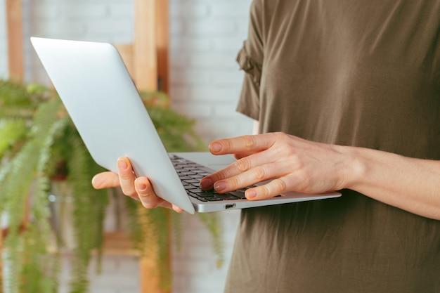 Vrouw met laptop, binnenshuis