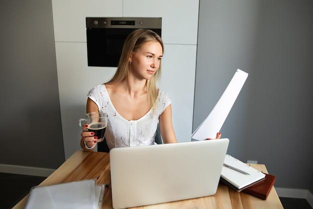 Vrouw met laptop computer thuis werken