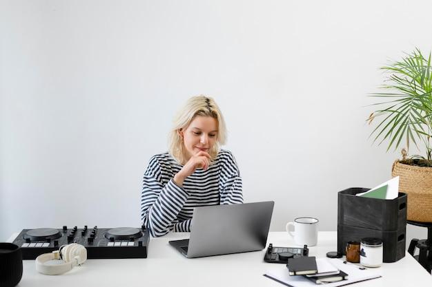 Vrouw met laptop die vanuit huis werkt
