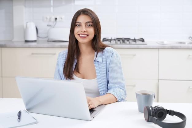 Vrouw met laptop om thuis te werken of te studeren