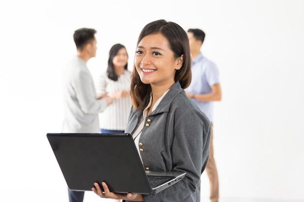 Vrouw met laptop team