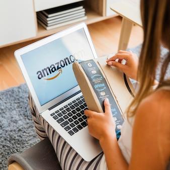 Vrouw met laptop zitten en verzenden