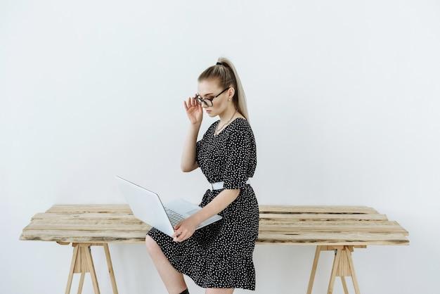 Vrouw met laptop zitten. moderne kantoormedewerker