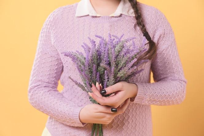 Vrouw met lavendel in haar handen