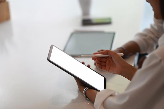 Vrouw met leeg scherm van tablet met collega