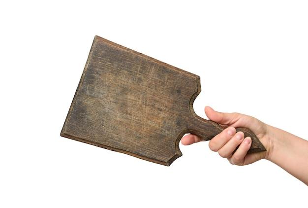 Vrouw met lege bruine rechthoekige houten plank in de hand