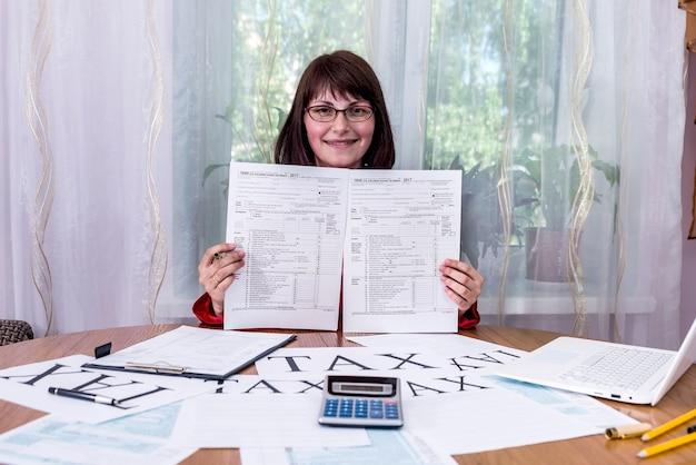 Vrouw met lege spaties van belastingformulier