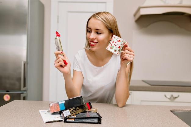 Vrouw met lippenstift en koffie in de keuken