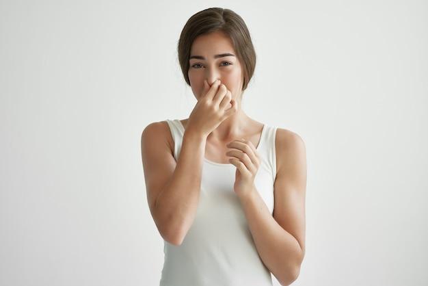 Vrouw met loopneus griep gezondheidsproblemen