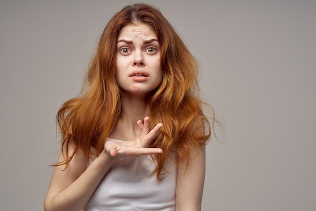 Vrouw met losse haren acne op haar gezicht acne gebaren