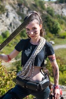 Vrouw met machete naar de natuur, zomeravontuur, levensstijl