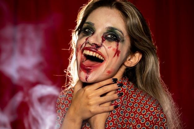 Vrouw met make-up als bloed en stoom