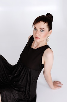 Vrouw met make-up op een witte achtergrond.