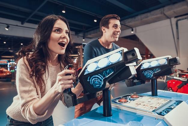 Vrouw met man speelt in videogame