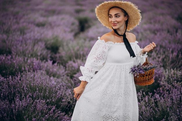 Vrouw met mand die lavendel verzamelen