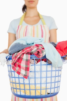 Vrouw met mand met wasgoed