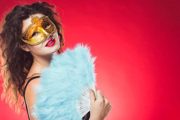 Vrouw met masker en ventilator