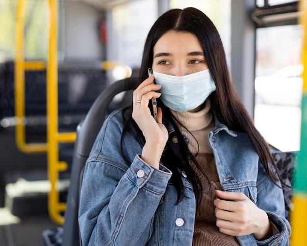 Vrouw met masker praten over de telefoon