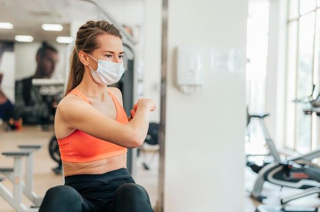 Vrouw met masker uit te werken