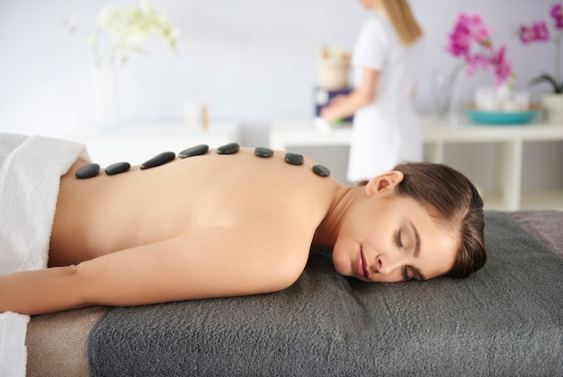 Vrouw met massagestenen op haar rug